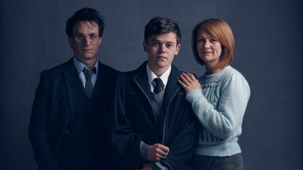 Jamie Parker jako Harry, Sam Clemmett jako jego syn Albus oraz Poppy Miller w roli Ginny
