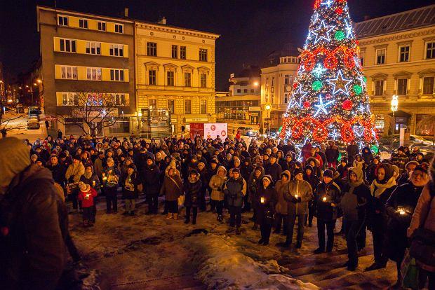 Zdjęcie numer 0 w galerii - Mieszkańcy Bielska-Białej i samorządowcy uczcili ciszą pamięć prezydenta Adamowicza. Zapłonęły znicze [ZDJĘCIA]