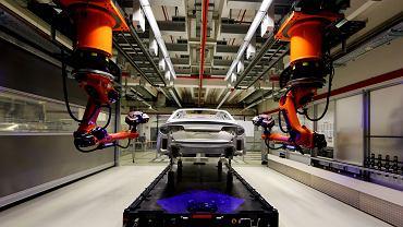 Robot przemysłowy pracujący na linii produkcyjnej samochodów Audi A8 w fabryce w Neckarsulm w Niemczech