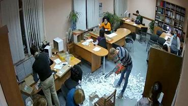 Niewykorzystane karty w NowoSybirsku zniszczono piłą łańcuchowa.