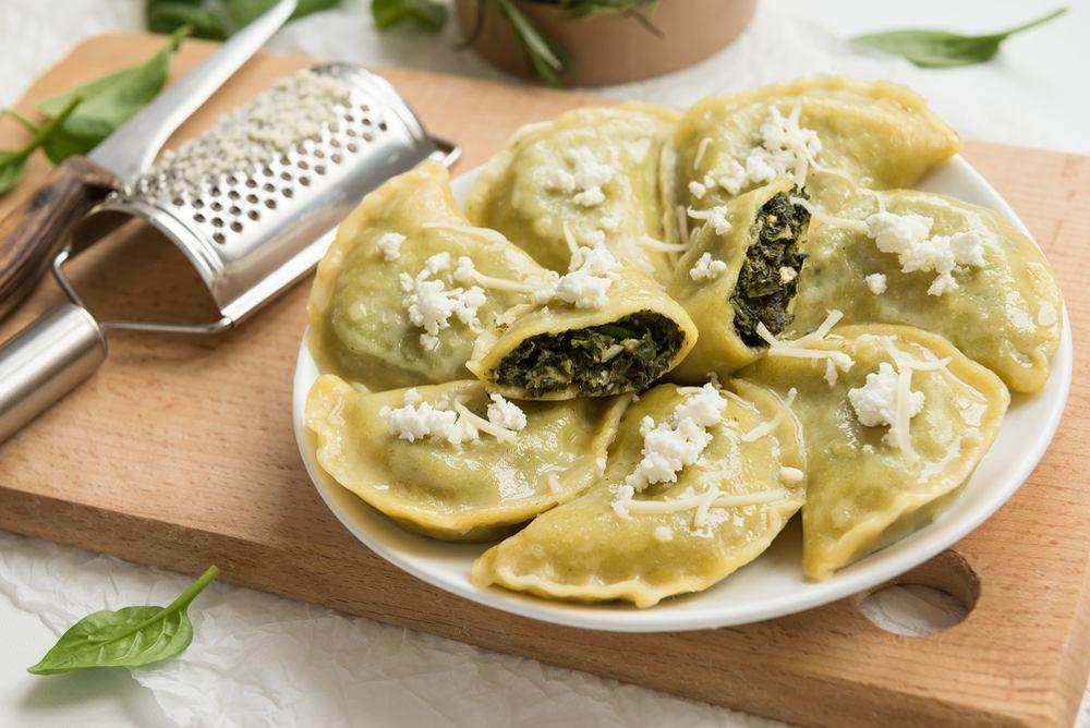 Pierogi ze szpinakiem najlepiej smakują świeżo ugotowane, polane roztopionym masłem lub oliwą z podsmażoną cebulką