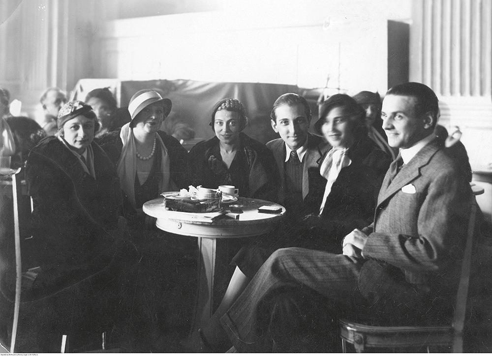 Wcukierni Lourse'aspotykała się śmietanka artystyczna Warszawy  (maj 1935 r.).