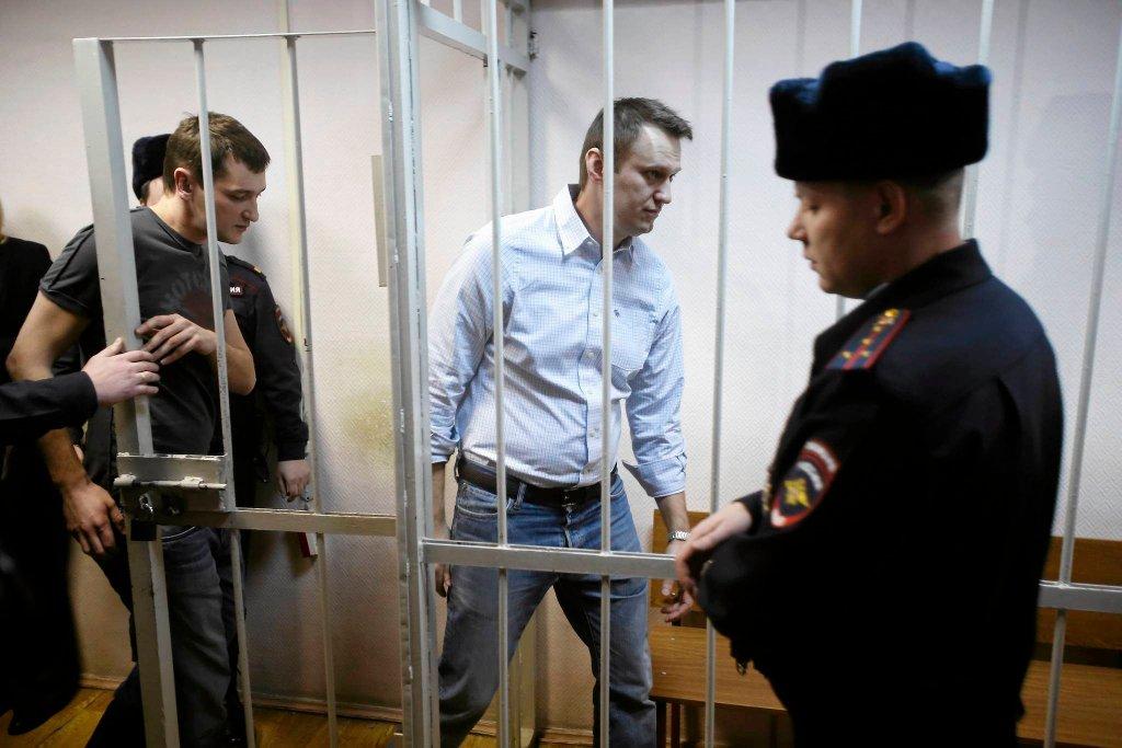 Opozycjonista Aleksiej Nawalny (drugi z prawej) i jego brat Oleg wchodzą do klatki w moskiewskim sądzie, gdzie wysłuchali wyroku