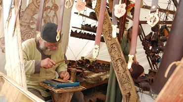 Wolin - Centrum Słowian i Wikingów. Wycieczka po skansenie w Wolinie przypomina prawdziwą podróż w czasie. Na jego terenie znajdują się rekonstrukcje wczesnośredniowiecznych chat, które często zamieszkują członkowie bractw słowiańskich. Obchodzi się je po drewnianej kładce. Do każdej można zajrzeć i zobaczyć jak żyją jej tymczasowi mieszkańcy. Wszystko wygląda bardzo realistycznie, zwłaszcza podczas Festiwalu Słowian i Wikingów (w tym roku ma miejsce od 26 do 28 lipca).
