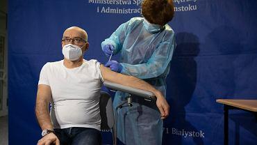 Białystok. Szpital MSWiA, szczepienie przeciwko koronawirusowi. Pierwszą zaszczepioną osobą w Podlaskiem został doktor Wojciech Charytoniuk