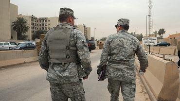 Żołnierze na terenie otaczającym ambasadę USA w Bagdadzie