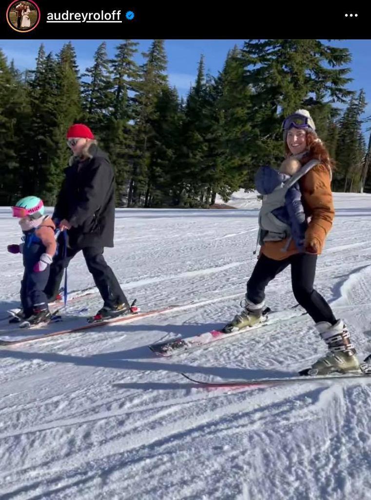 Mama zjeżdża z synkiem na nartach