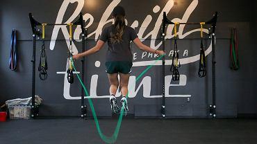 Trening ze skakanką niesie wiele korzyści