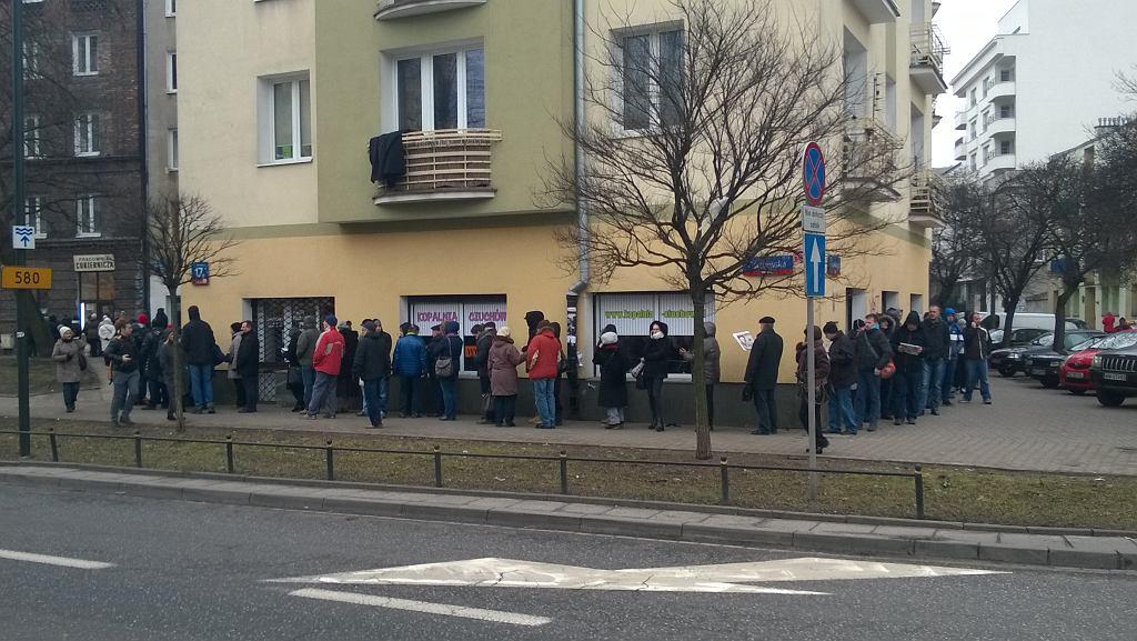 240 osób czeka w kolejce po pączki przed cukiernią Zagoździńskich przy ul. Górczewskiej