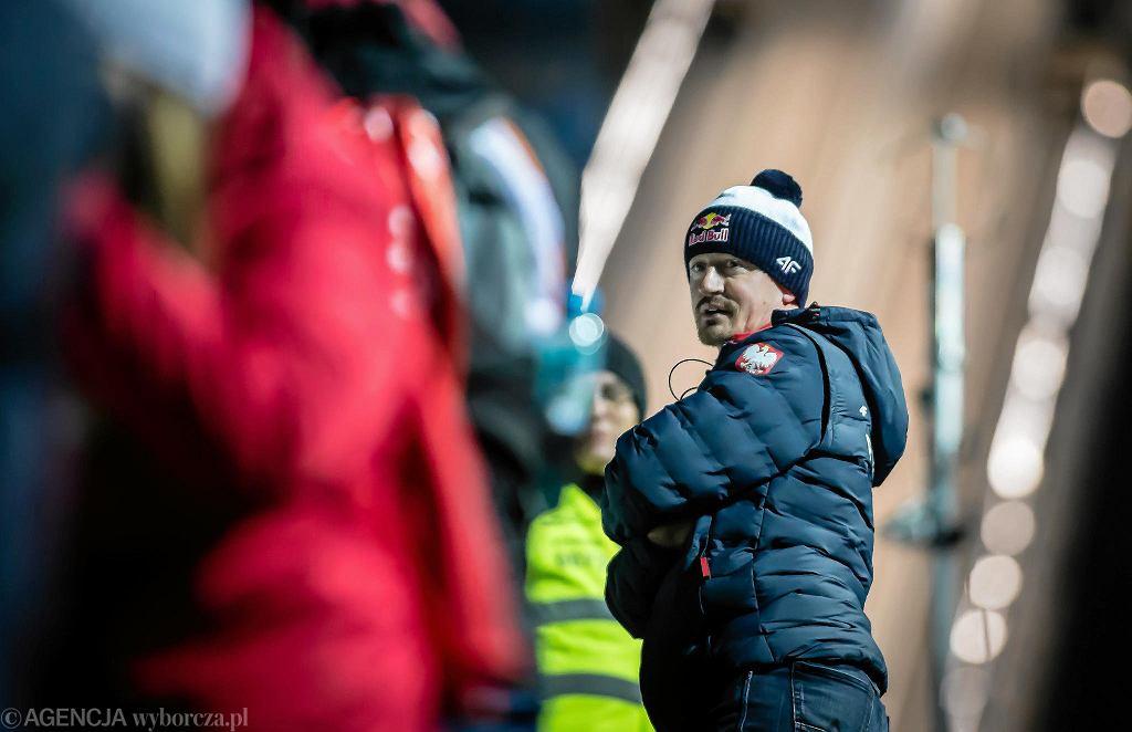 Zawody Pucharu Świata w skokach narciarskich po raz pierwszy w historii zostały zainaugurowane na polskiej ziemi. W sobotnie popołudnie w konkursie drużynowym triumfowali Norwegowie. Polacy wspólnie z Austriakami zajęli drugie miejsce. Na tym jednak nie koniec emocji na skoczni w Beskidach. W niedzielę odbędzie konkurs indywidualny. Początek rywalizacji o godzinie 15.