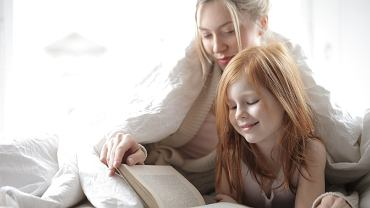 Wspólne czytanie bajek to dobry początek do rozmowy z dzieckiem o emocjach.