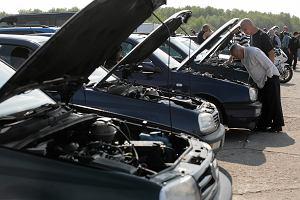 Rząd PiS nie tknie oszustów podatkowych w imporcie używanych aut. Po cichu wycofuje się też z elektromobilności i wspierania samochodów na prąd