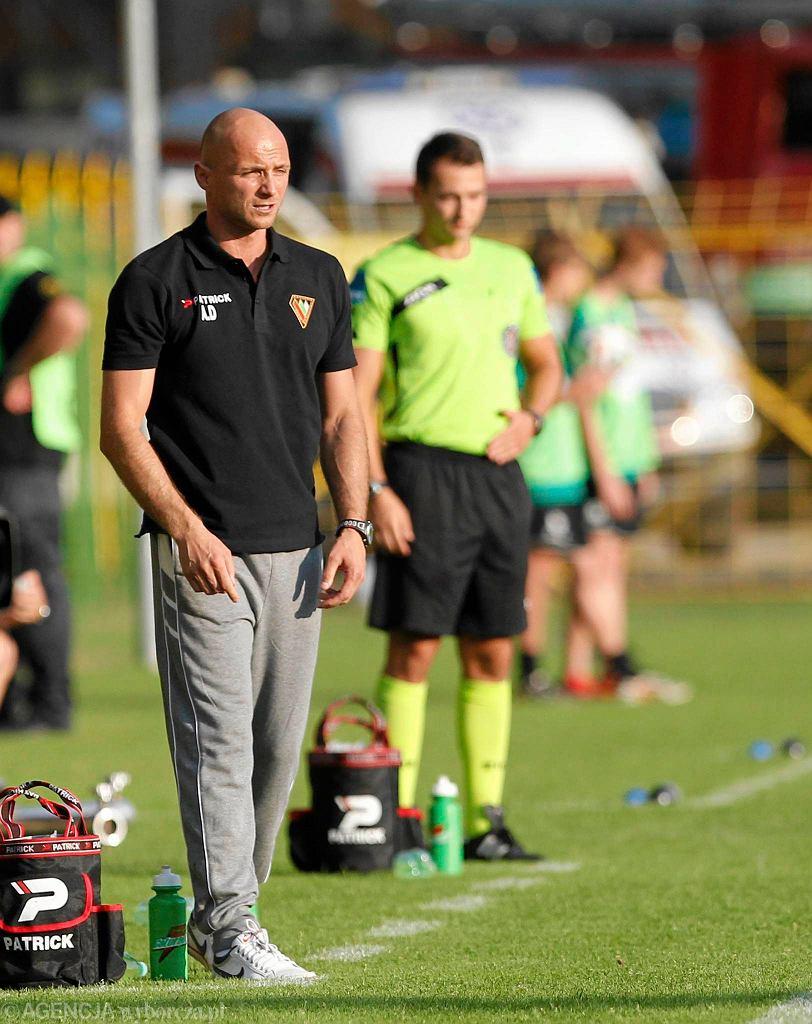 Trener Artur Derbin podczas meczu Zagłębia z GKS-em Katowice