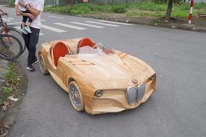 Drewniane BMW dla syna. Taki tata to skarb [WIDEO]