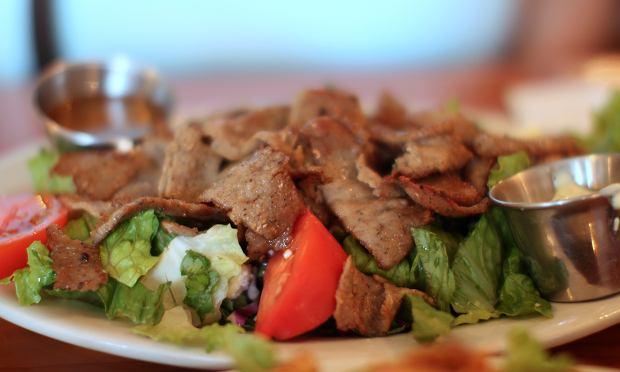 Sałatka gyros, częsty grecki gość w naszej kuchni