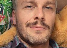 """Sławek Uniatowski przeszedł metamorfozę. Gwiazdor """"M jak Miłość"""" przefarbował się na jasny blond"""