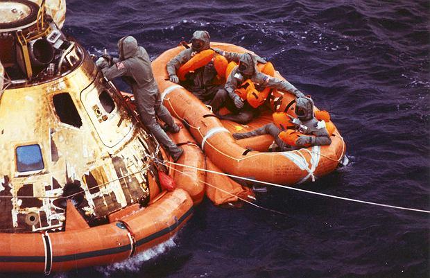 Astronauci z Apollo 11 po wodowaniu na Oceanie Spokojnym czekają na helikopter