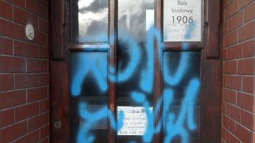Poseł PiS Łukasz Schreiber opublikował w Nowy Rok na Twitterze zdjęcia pobazgranych sprayem drzwi do poselskiego biura