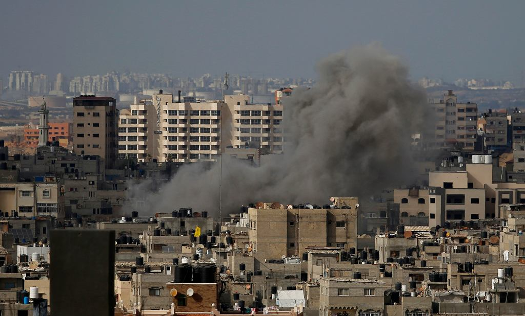 Dym unoszący się w Gazie po izraelskim nalocie
