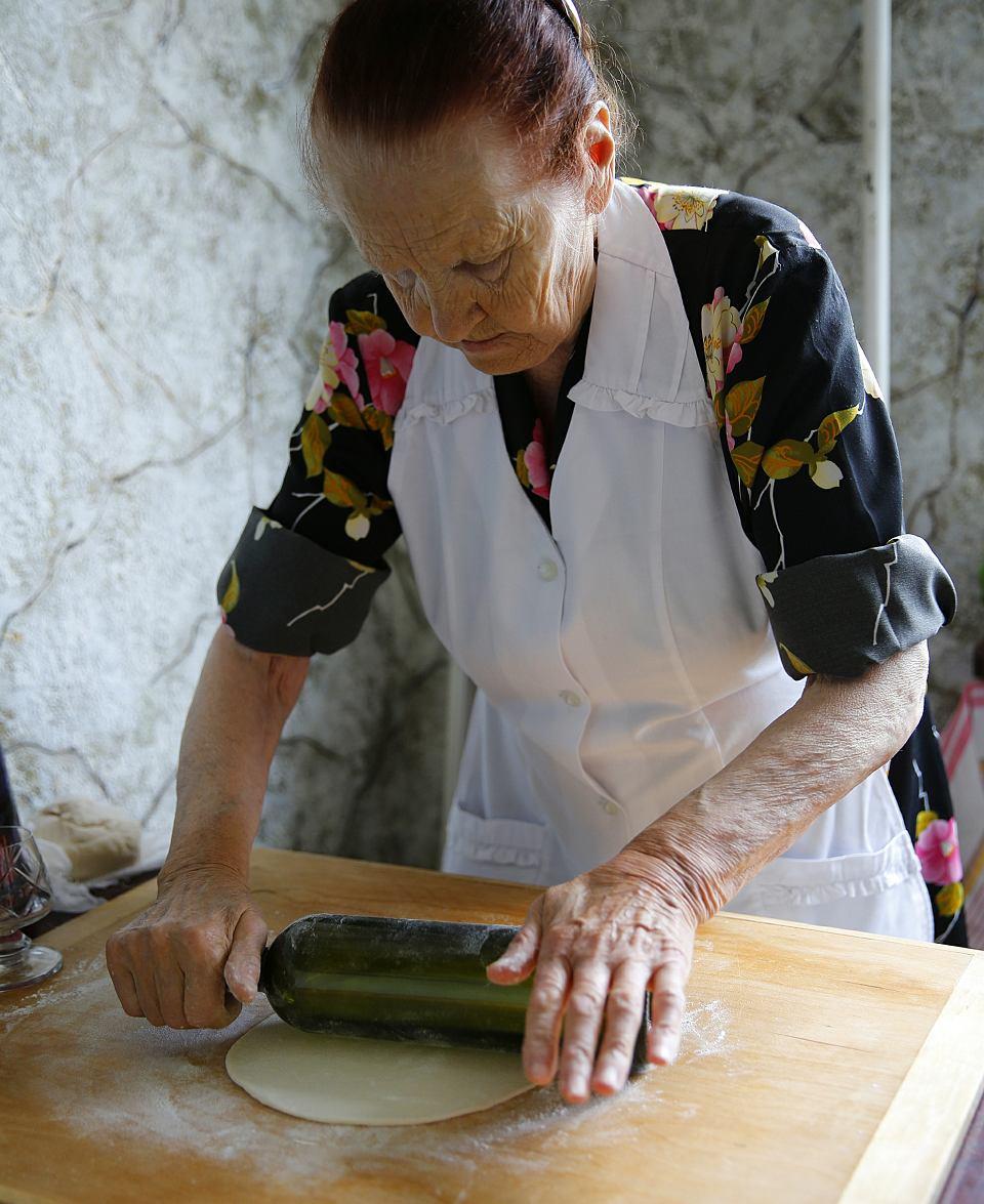 Genowefa Lachowicz, babcia autorki, przygotowuje ciasto do lepienia koldunów, Wilno, 2016