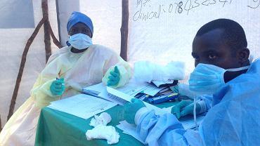 Lekarze badający krew na obecność wirusa eboli w Kenii