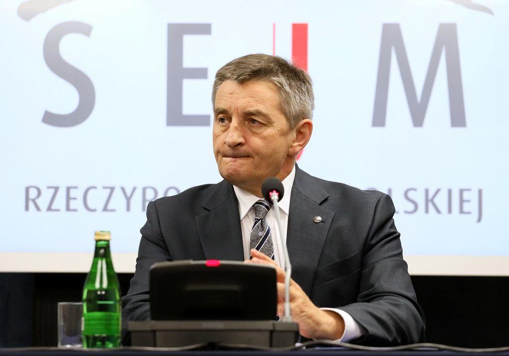 Marek Kuchciński podczas składania oświadczenia nt. lotów rządowym samolotem.