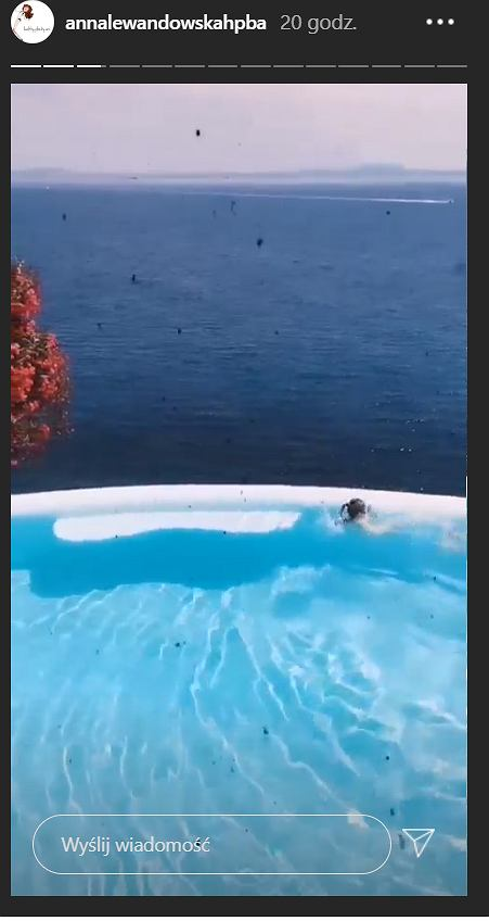 Klara Lewandowska pływa