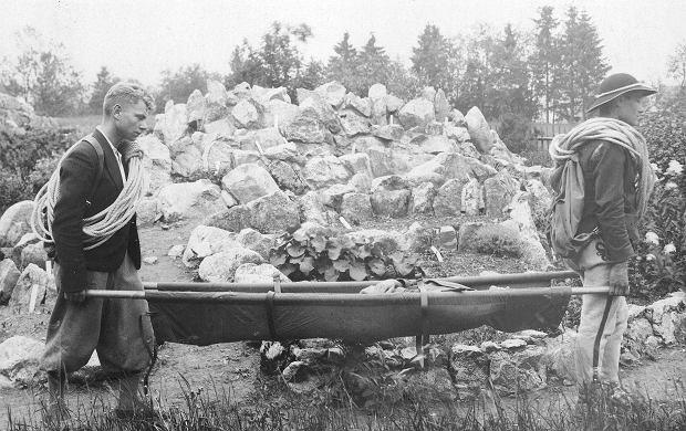 Członkowie Tatrzańskiego Ochotniczego Pogotowia Ratunkowego podczas akcji ratunkowej w Tatrach (fot. Narodowe Archiwum Cyfrowe)