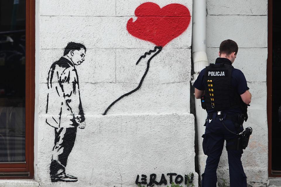https://bi.im-g.pl/im/3d/fb/18/z26195517V,Policjant-podczas-ogledzin-muralu-z-podobizna-Jaro.jpg