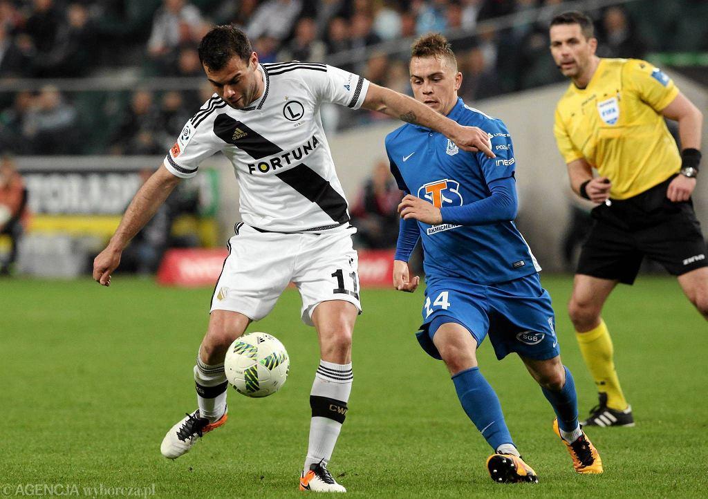 Legia Warszawa - Lech Poznań 1:0. Nemanja Nikolić i Maciej Gajos. W tle sędzia Daniel Stefański