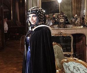 Weronika Rosati grała Elisabeth Taylor w zamku w Łańcucie. Jej peruka waży 10 kg
