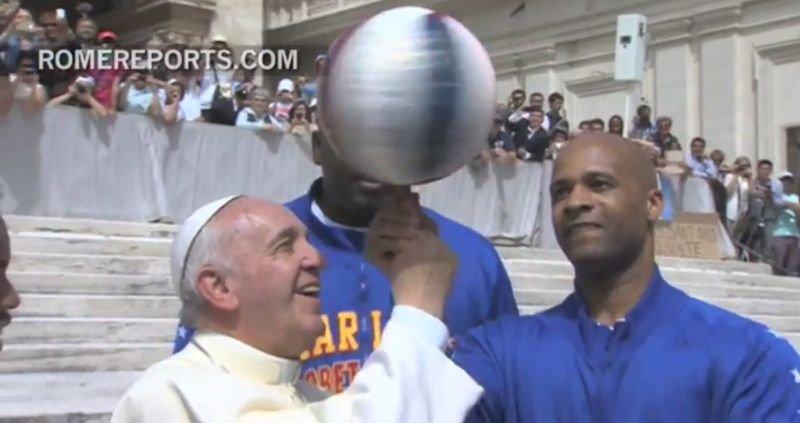 Papież Franciszek kręci piłkę na palcu