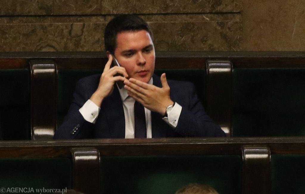 Poseł PiS Łukasz Rzepecki podczas głosowania nad odrzuceniem w pierwszym czytaniu pisowskiego projektu o funduszu na drogi tzw. 'paliwo +'. Jako jedyny poseł PiS był za odrzuceniem - przeciwko doliczaniu do ceny paliwa 25 gr). 45 Posiedzenie Sejmu VIII Kadencji