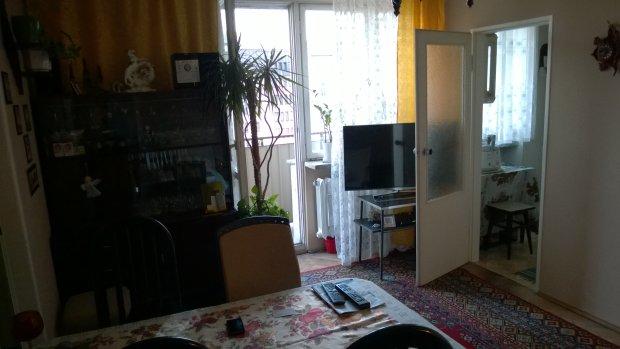 Mieszkanie Dariusza Olszewicza, po prawej kuchnia