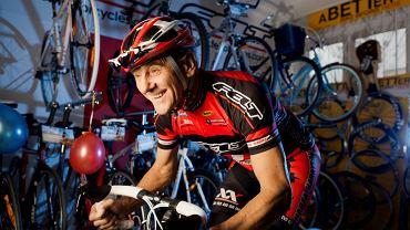 Ryszard Szurkowski w swoim sklepie rowerowym