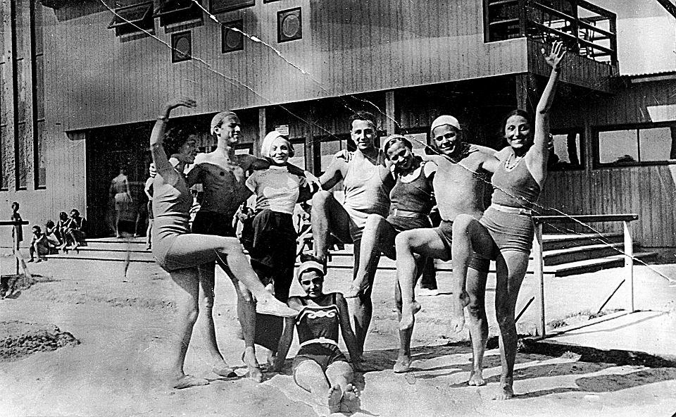 Zuzanna Ginczanka (pierwsza od prawej) z przyjaciółmi, Równe, czerwiec 1934