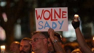 Poniedziałek, 24 lipca 2017 roku. Prezydent Andrzej Duda ogłosił, że zawetuje dwie z trzech kontrowersyjnych ustaw. W Białymstoku odbył się kolejny protest przed sądem okręgowym w obronie niezawisłości sądów.