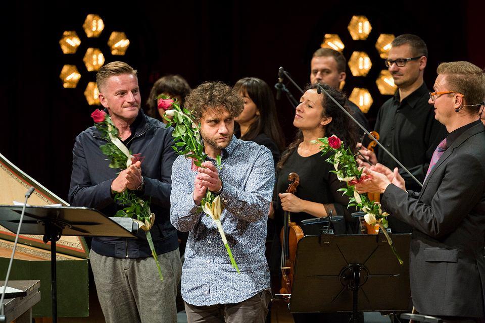 Twórcy opery 'Drach': kompozytor Aleksander Nowak w środku, pisarz Szczepan Twardoch z lewej