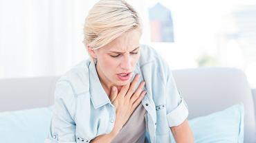 Bezobjawowe zapalenie płuc daje pewne objawy (np. uczucie duszności, pokasływanie), jednak są one na tyle delikatne, że chory rzadko zwraca na nie uwagę, a tym bardziej nie wiąże ich z poważniejszym schorzeniem