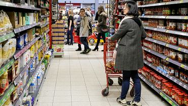 Jedna noga polskiej gospodarki wciąż trzyma się mocno. Zostawiamy w sklepach masę pieniędzy