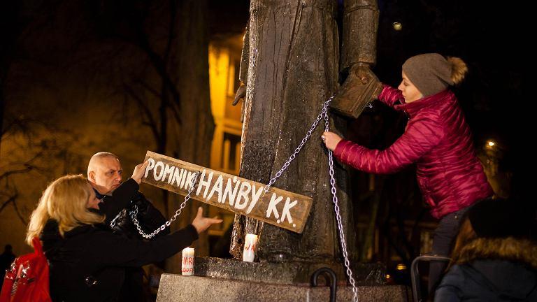 Protest pod pomnikiem ks. Jankowskiego