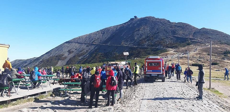 GOPR i Lotnicze Pogotowie Ratunkowe reanimowali człowieka, który zasłabł na szlaku. Turyści przeszkadzali im, próbując robić zdjęcia