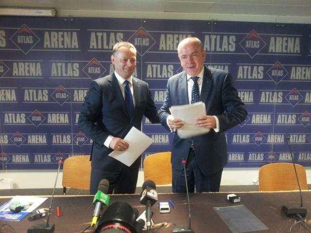 Krzysztof Maciaszczyk (z lewej) i Jacek Michalak podczas podpisania umowy na dalszy sponsoring Atlas Areny