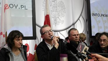 Demonstranci pod kierownictwem Ewy Stankiewicz i Grzegorza Brauna wdarli się do siedziby PKW i okupują salę konferencyjną