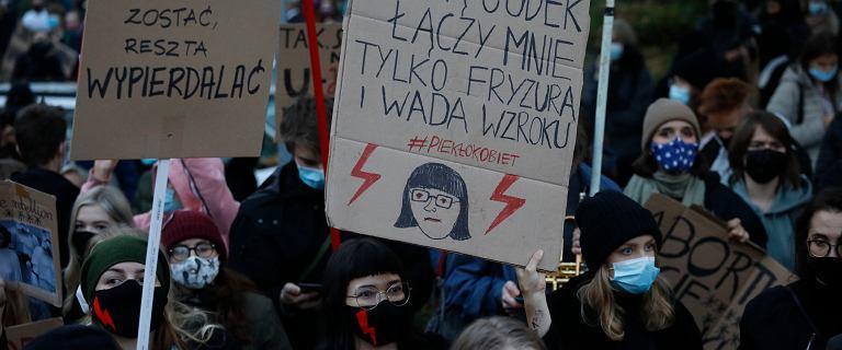 """""""Dziunia, jesteś pijana władzą"""". Galeria transparentów z protestów kobiet"""