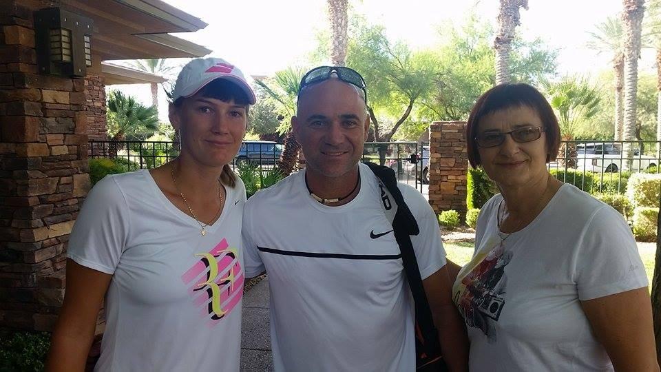 Justyna Jegiołka razem z wielkim tenisistą Andreą Agassim i swoją mamą