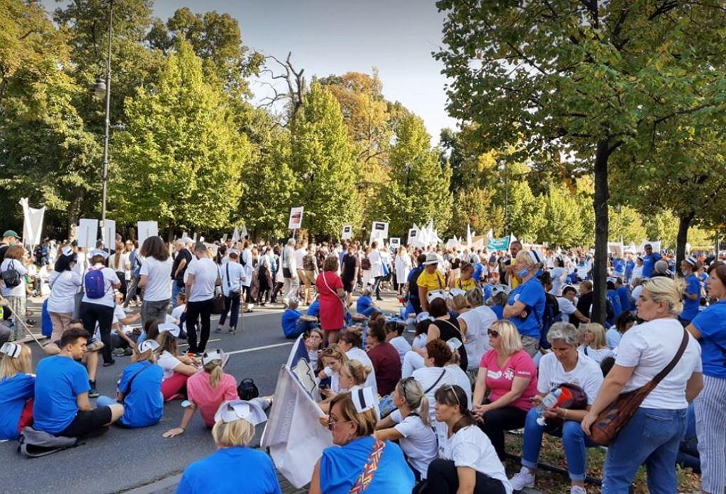 Protest pracowników ochrony zdrowia w Warszawie. Manifestujący dotarli pod kancelarię premiera, gdzie policja uniemożliwiła założenia białego miasteczka