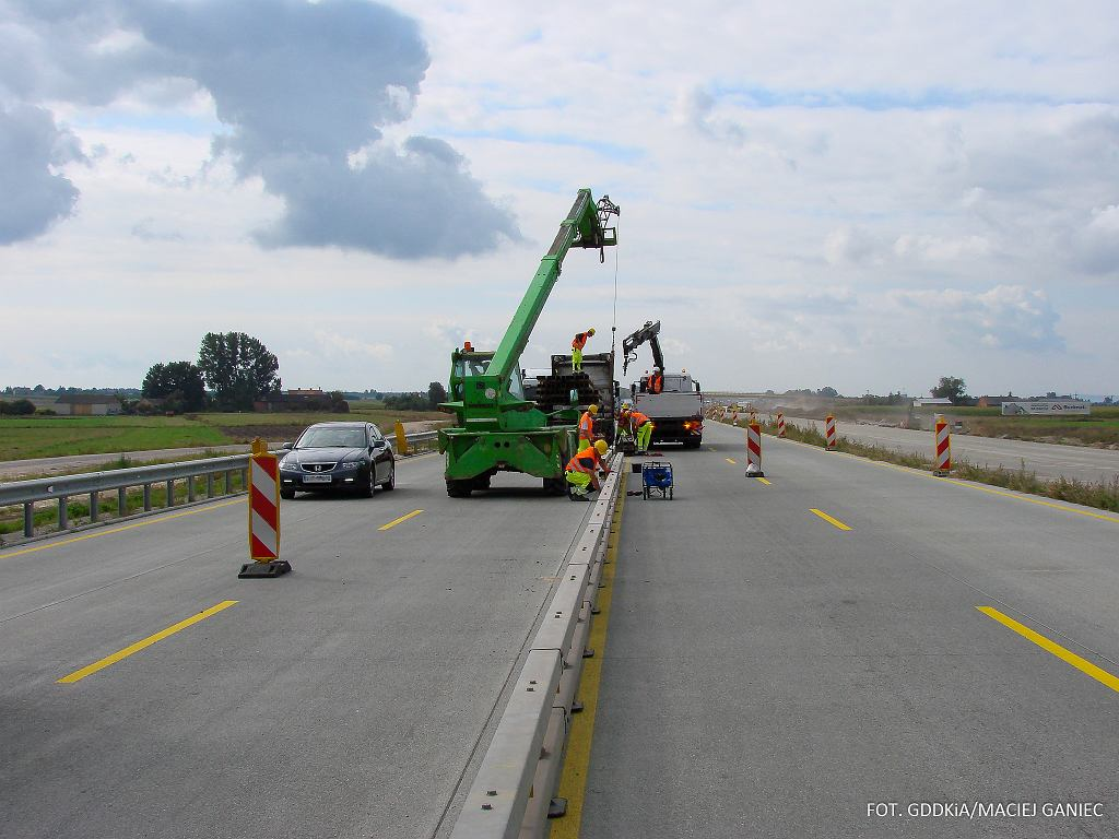 A1 Piotrków Trybunalski - Kamieńsk, montaż barier