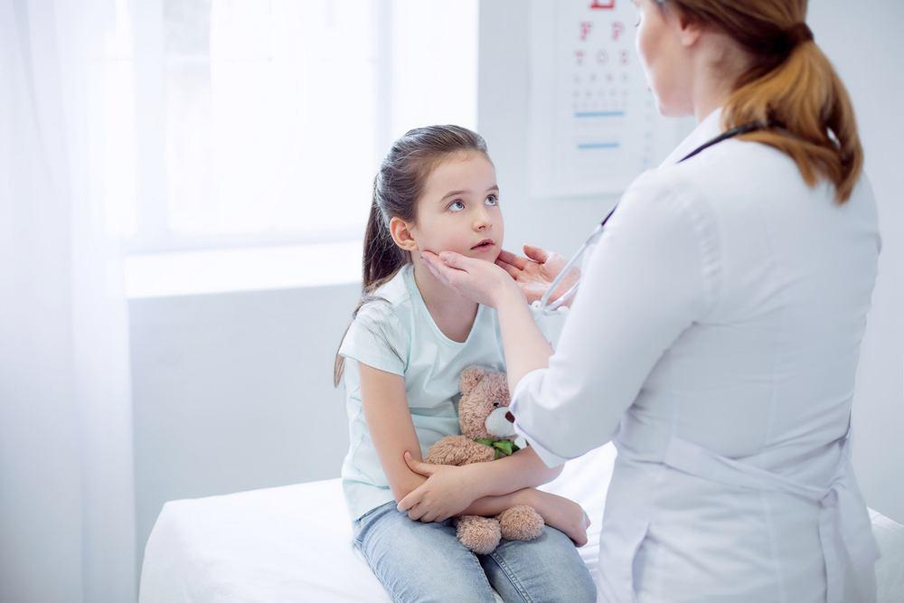 Usunięcie migdałków u dzieci, oprócz poprawy komfortu najmłodszych oraz ograniczeniu rozwoju chorób, zapobiega bardzo licznym powikłaniom przewlekłych stanów zapalnych
