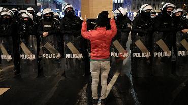 Strajk Kobiet - manifestacja przeciw zaostrzaniu prawa aborcyjnego, w czasie której policja użyła gazu łzawiącego wobec protestujących, a policyjni tajniacy wyciągali z tłumy wybranych manifestujących. Warszawa, 18 listopada 2020